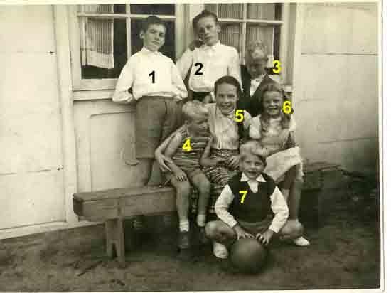 """Asten Molenstraat 1: Familie Driessen Ze woonden in de """"Macrete"""" woningen 1 Marcel, 2 Harrie."""