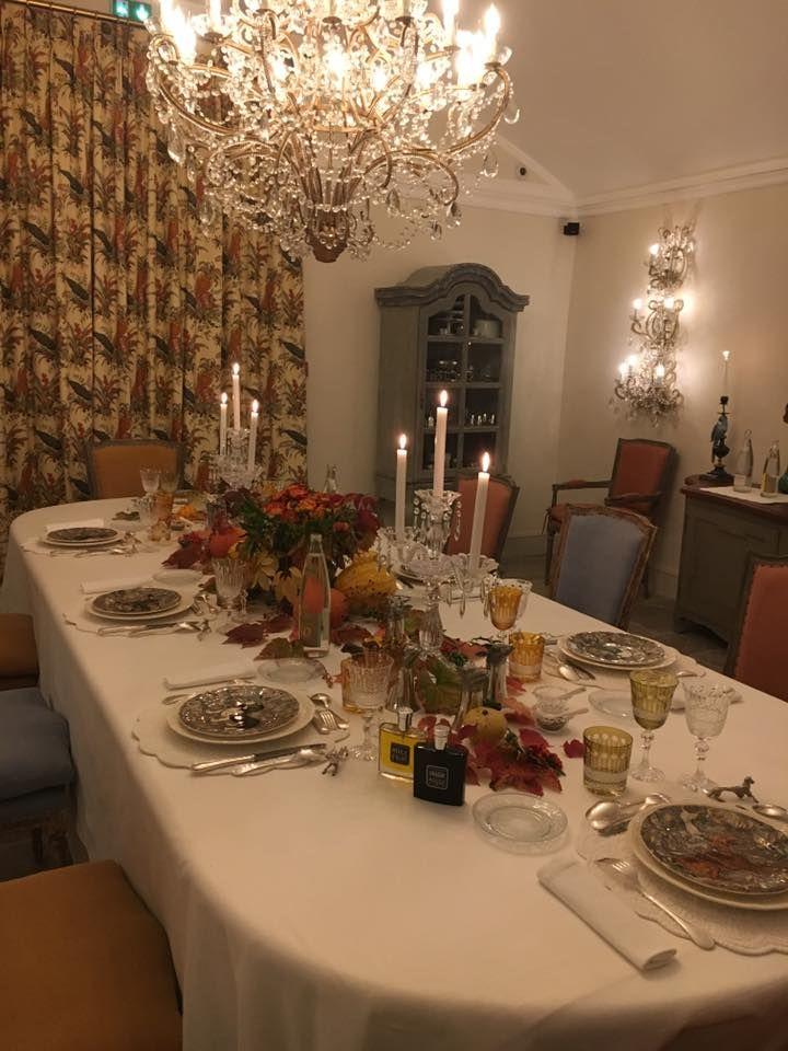 Une table majestueuse dans la salle à manger du château d'Estoublon: une idée déco à emprunter !