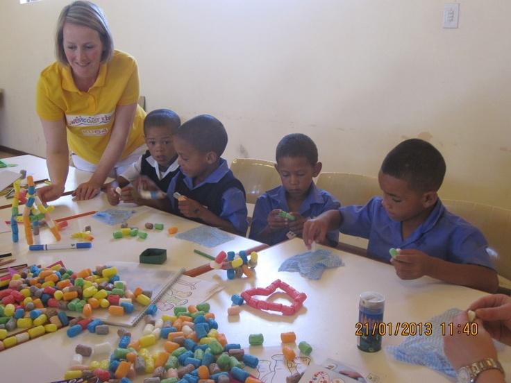 http://ku64-goes-suedafrika.blogspot.de/2013/01/22012013-bei-ku64-und-paternoster.html      Der heutige Tag stand im Sinne des Fernsehens!     Das, was wir uns schon lange vorgenommen hatten, haben wir nun in die Tat umgesetzt – wir haben für die Kinder eine Präsentation vorbereitet, in der wir ihnen nicht nur mit Worten, sondern auch in bewegten Bildern anschaulich zeigen können, woher wir kommen, was wir  für sie tun wollen, wodurch Karies entsteht und wie wir sie gemeinsam vermeiden…