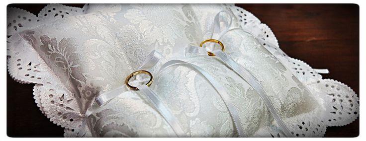 http://www.glesa.it/vetrine/cuscini-fedi art 21086 cuscino portafedi quadrato con tessuto damascato cm.25x25 - Realizzato a mano