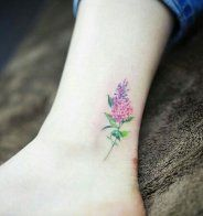 Un message inspirant tatoué sous la cheville - Cosmopolitan.fr