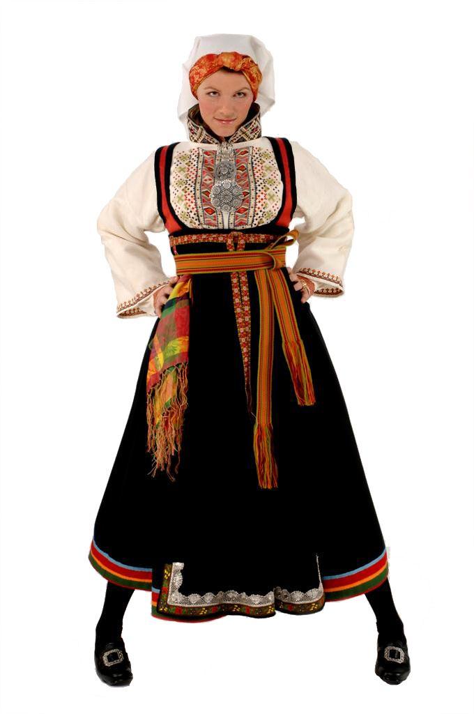 Øst Telemark Raudtrøyebunad. Gammel raudtrøye er den eldste vi kjenner til i øst Telemark fra tidlig 1800-tallet. Valgmuligheten er store men kjennetegnes med belte er smalere, brikkevevd og går flere ganger rundt livet. Rikt brodert skjorte gjerne med slengerme.