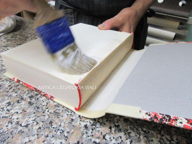 Viene messa la colla sul risguardo.  #legatoria #legatoriaviali #viterbo #rilegature #bookbinding #bookbinder #rilegatura #artisan #artigianato #artigiano #italy #italia #rilegare #libri #books #ArtigianatoArtistico #rilegatore #orvieto #roma #tuscia #reliure #restauro #restaurolibri #escher
