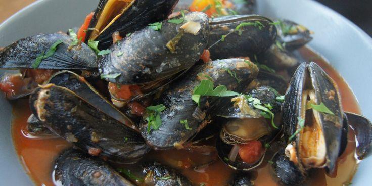 Dieses Rezept für Muscheln ist mal was anderes, nicht immer diese klassische rheinische Art, sondern mit einer fruchtig, frischen Tomatensoße.