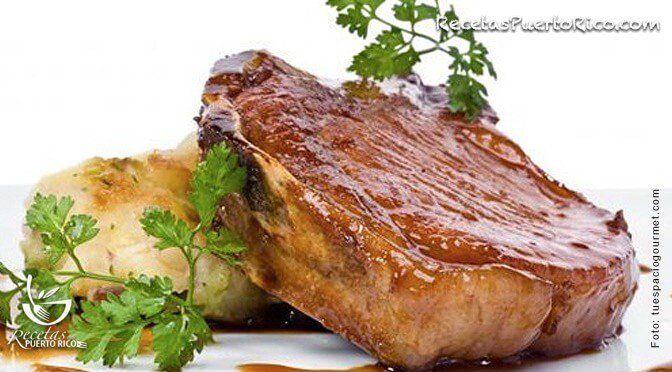 Por Sonia Rodriguez - El chuleton de cerdo asado queda bien tierno y jugosito. Perfecto para servir con arroz, papas majadas o batatas asadas.