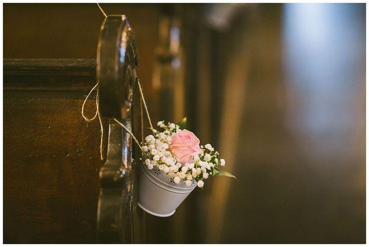 Dekoration und Blumen für die Bänke in der Kirche. Bild: Florin Miuti www.annatews.de