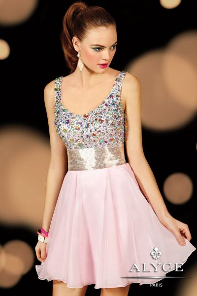 Diseño ideal para chica de 15 años con cuerpo de pedrería y falda con mucho vuelo