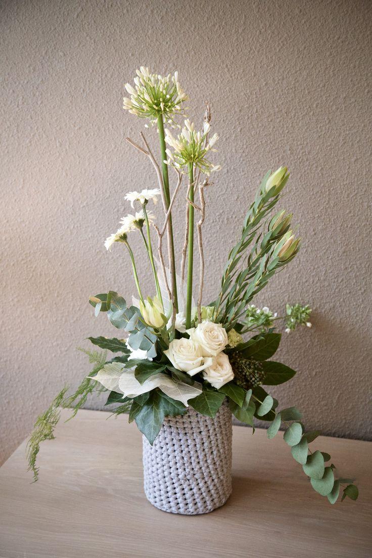 #bloemschikken #bloemstyling #school #poging2 #blijvenoefenen #bloemen #flowers #bloemstuk #floralarrangement #roses #rozen #wit #white #agapanthus #haken #crochet #floralstyling #decoratie #needwork