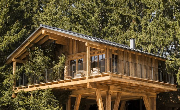 Following the success of their first hotel in the centre of Merano, the Meister family have launched a second property, this time perched a few kilometres away on the Avelengo plateau, overlooking the spa town. 16 tree houses by local architect Hugo D...