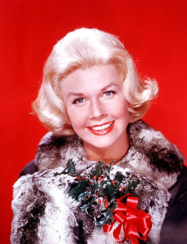 Doris KAPPELHOFF, connue sous le nom de scène de Doris DAY, née le 3 avril 1924 à Cincinnati dans l'Ohio aux États-Unis, est une actrice, chanteuse et productrice américaine. Elle a joué dans plus de 40 films avec la compagnie Warner Bros et a enregistré plusieurs albums avec Columbia Records.