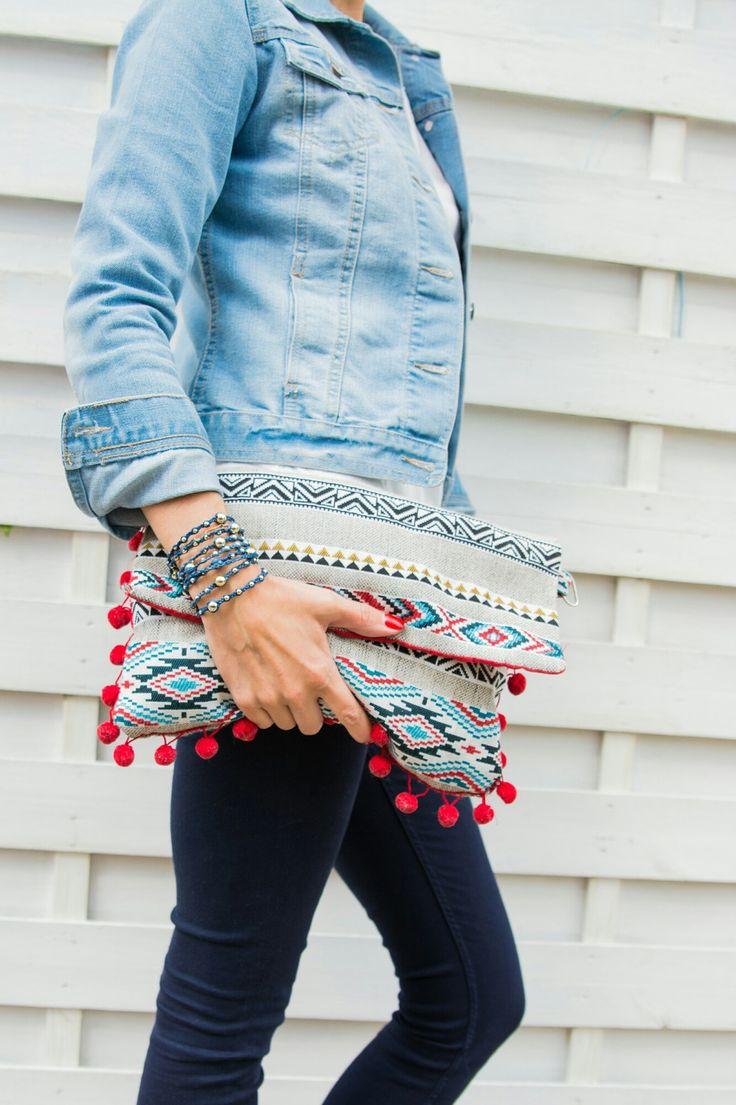 Pochette ethnique rouge bleu et grise avec ses pompons rouge : Sacs à main par ateliermaxine