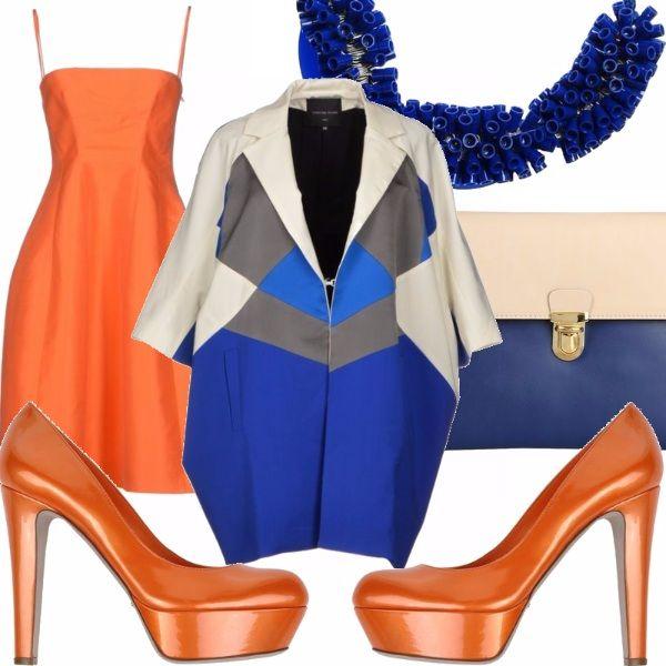 Abito color arancio con spallini sottili taglio sotto seno e gonna strutturata, scarpe con tacco alto e plateau color arancio, soprabito con maniche 3/4 con disegno geometrico nei toni del blu e del panna, borsa a mano bicolore blu/panna, collana simil corallo  in blu