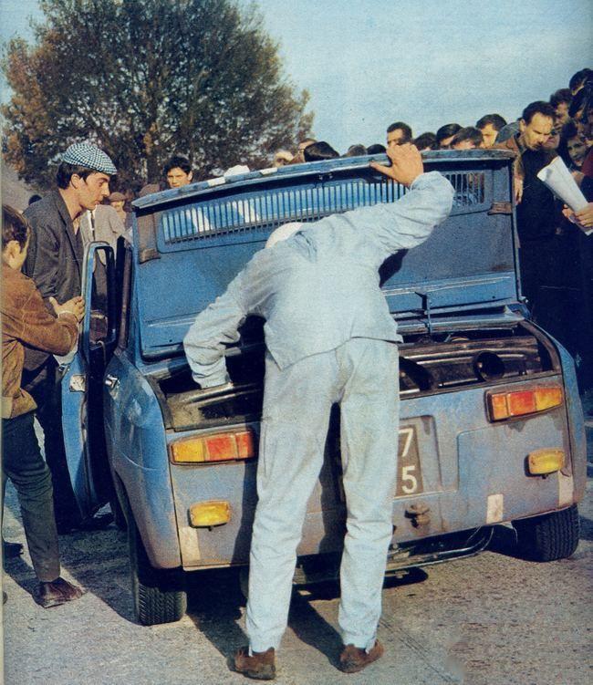 Ambiance sur le Tour de Corse 1966. Pour Jean François Piot la victoire ne tient plus qu'à un fil. Il gagne ce rallye avec son équipier Jacob. Les 8 Gordini suivantes se positionnent en 8 et 9ème places. Source : L'Automobile, numéro 248, décembre 1966.