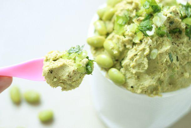 """Hummusとはアラビア料理である、ひよこ豆のディップ。そもそもHummusはアラビア語で""""ひよこ豆""""という意味なんです。 日本名はまだ決まっていないようで、フムス、フマス、ハマスなど呼び名はさまざまですが、今回は「ハモス」としましょう。 今回はひよこ豆より手に入れやすい、枝豆で作るハモスをご紹介します! 【材料】 ・..."""