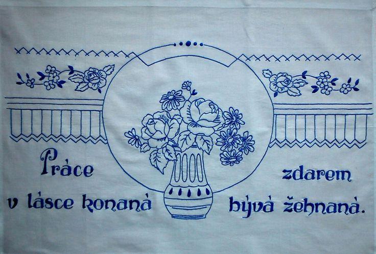 Vyšívaná kuchařka Ručně vyšívané bavlněné bílé plátno, rozměr cca 80x60 cm. Možnost po domluvě zhotovit v jiné barvě vyšívky, případně i plátna s dodáním nejpozději do čtyř týdnů.
