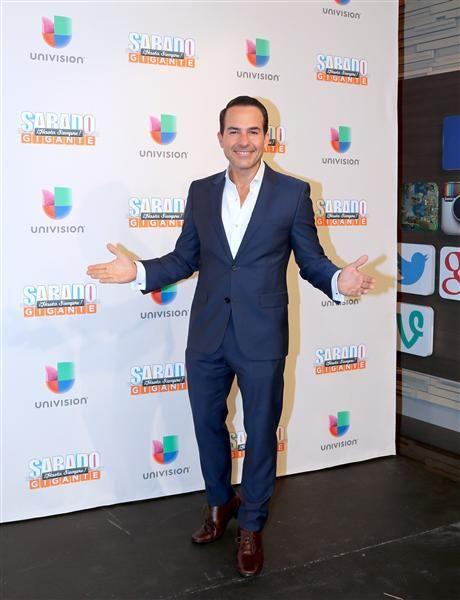 """Carlos Calderón en la alfombra del programa final de """"Sábado Gigante"""" conducido por Don Francisco en la cadena Univision, Miami, el 19 de septiembre de 2015."""