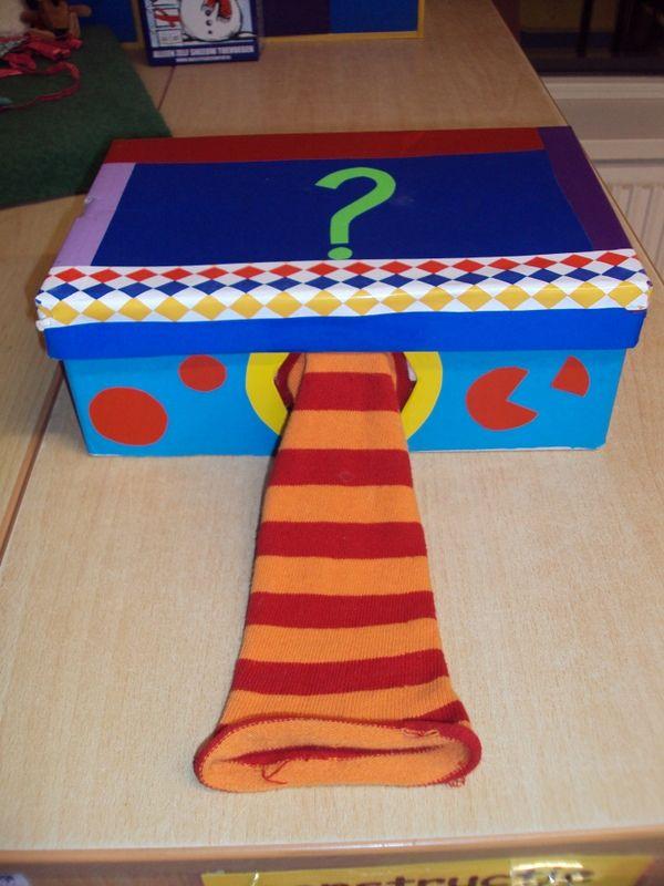 Wat zit er in de doos? Tactiele waarneming, verwoorden wat je voelt. Kan ingezet worden voor de woordenschat.