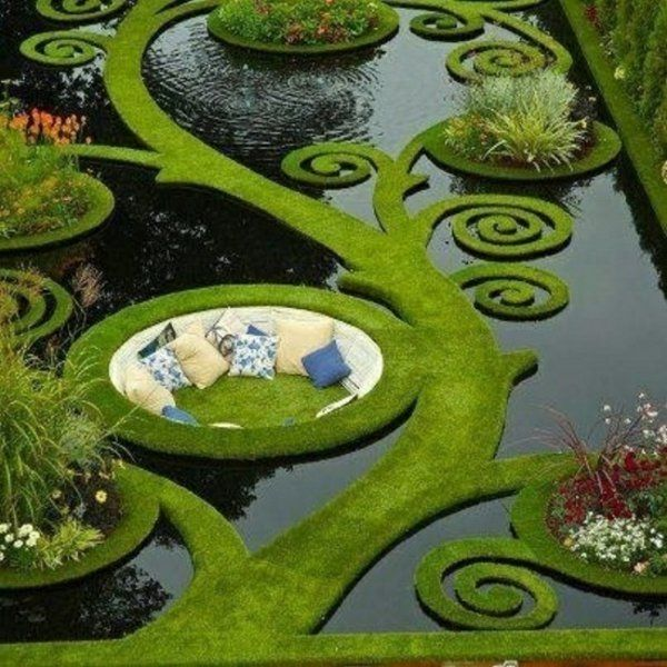 gartengestaltung mit immergrüne pflanzen und wasser