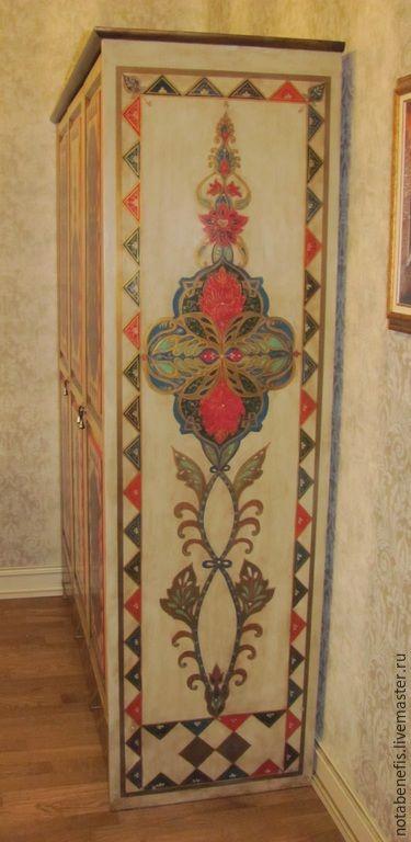 Роспись боковой стенки шкафа,расположенной прямо по входу в комнату