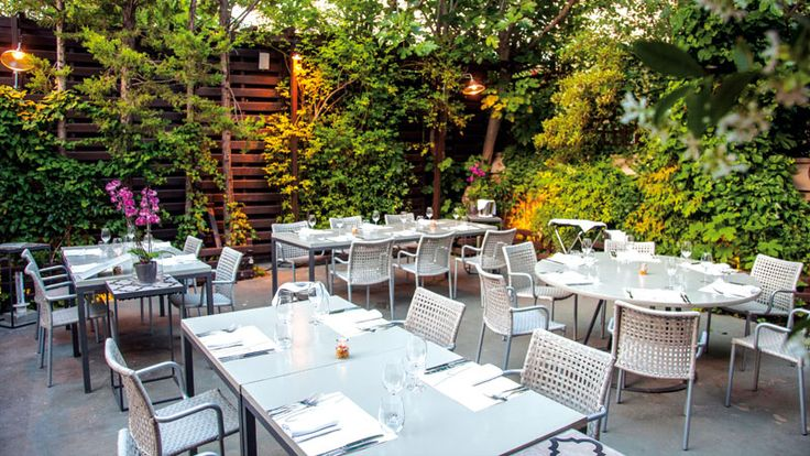 Chefi the Restaurant: Πιάνουμε θέση στην πανέμορφη αυτή αυλή στο Χαλάνδρι και παραγγέλνουμε έναν δροσιστικό ντάκο με γκασπάτσο ντομάτας, καρπούζι, ταπενάντ ελιάς, ξινομυζήθρα, ελαιόλαδο και φρέσκο δυόσμο!