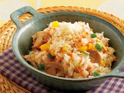 グッチ 裕三さんの米を使った「シーフードピラフ」のレシピページです。ピラフ好きが多いという福島県の皆様へのレシピ!ご飯と具を混ぜただけなのに本格的で、やさしい味の彩り豊かなピラフです。冷めてもおいしく、おにぎりにしてもおいしいですよ。 材料: 米、昆布茶、たまねぎ、にんじん、かにかまぼこ、ピーマン、パプリカ、マッシュルーム、白ワイン、粉チーズ、バター、塩、こしょう