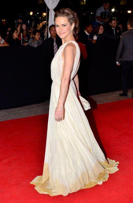 NAILEA NORVIND    La actriz mexicana, nominada como Mejor coactuación femenina en los premios Ariel, desfiló sobre la alfombra roja en un espectacular vestido con cola voluptuosa y clutch a juego en color amarillo pálido y un recogido muy natural en el cabello.