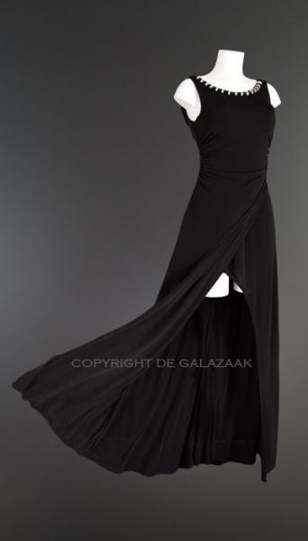 Dit model is gemaakt uit een elastische stof, en draagt heerlijk. Aan de linkerkant van de jurk worden twee lagen over elkaar heen gevouwen, waardoor zich daar een mooie split in de jurk vormt. Op de middel en aan de achterkant valt deze jurk licht gedrapeerd. €85,-