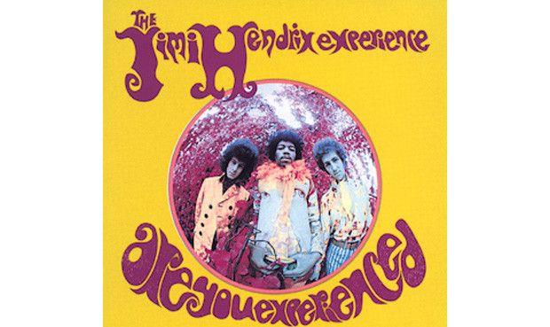 """Platz 15: The Jimi Hendrix Experience - """"Are You Experienced?"""" Genau so klang London zu Beginn des Jahres 1967: psychedelischer Blues, aufeinandergetürmtes Gitarren-Feed- back und die kosmische Vision eines amerikanischen Exilanten namens Jimi Hendrix. Es war der ehemalige Animals-Bassist Chas Chandler, der ihn nach London lotste, nachdem Hendrix mit seinen New Yorker Auftritten als Backing-Gitarrist in eine Sackgasse geraten war. Er kam im September 1966 an, stellte seine Begleitband mit…"""