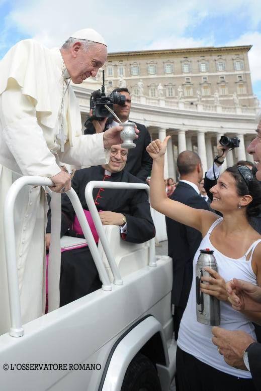 """Foto publicada por el periodico """"L'Osservatore Romano"""" donde podemos ver al Papa Francisco aceptando un mate... -lbk-"""