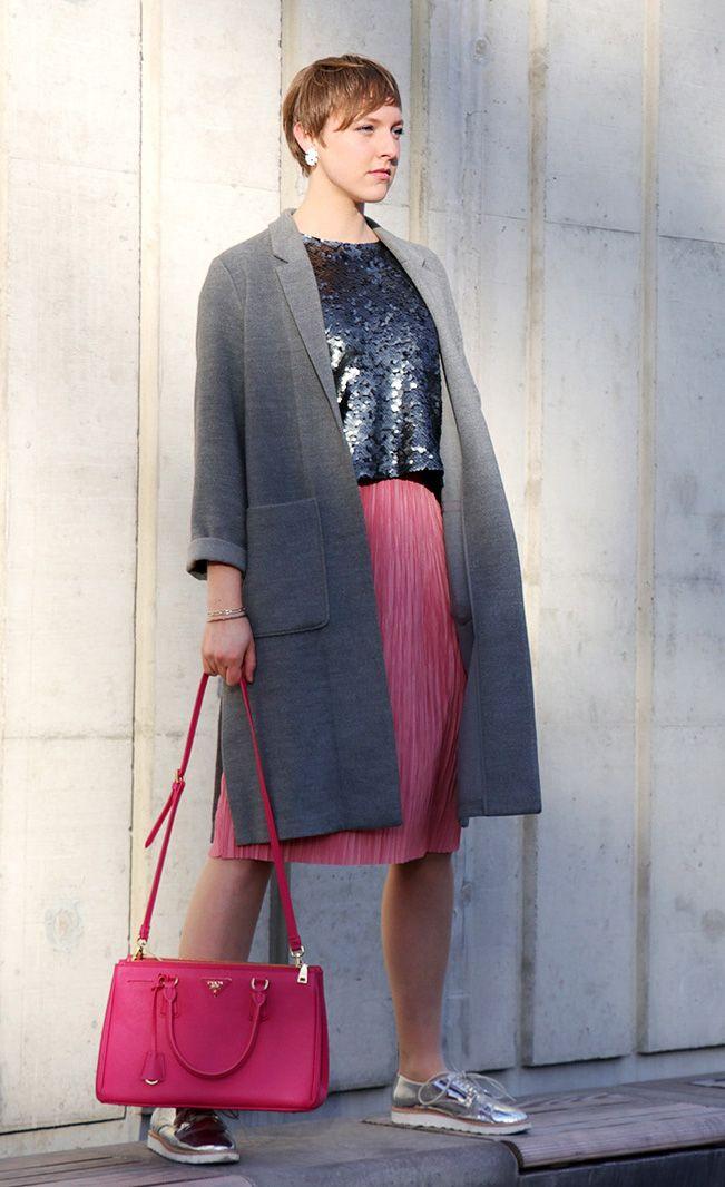 #fashion #outfit #style #look #ootd #frauen #women #pink #silver #silber #glitzer #pailletten #sequins #prada #handtasche #handbag #itbag #silvester #neujahr #party #styling #event #evening #feminine #dress #skirt #plissee #faltenrock