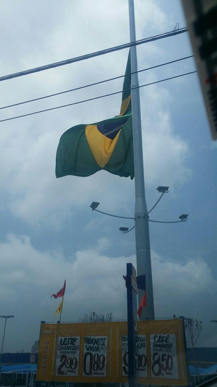 Bandeira em meio mastro no #errejota na semana do desastre com o time da chapecoense