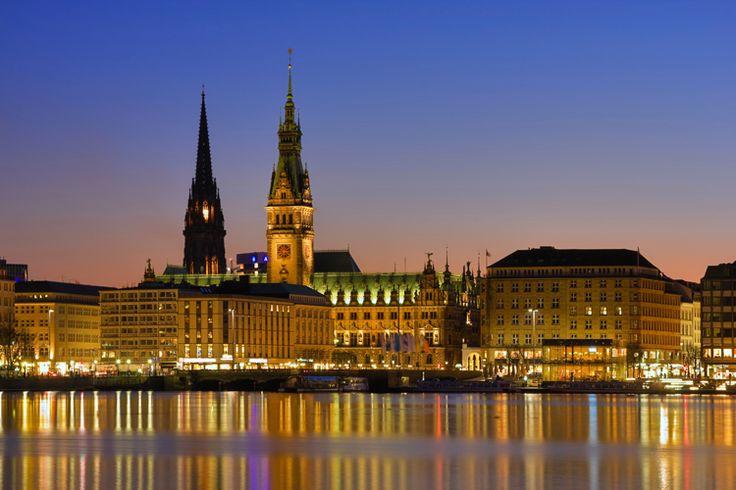 """Amburgo è una città votata al mare, è stata soprannominata la """"Città più commerciale del mondo"""" e il suo porto è il più attivo della Germania."""