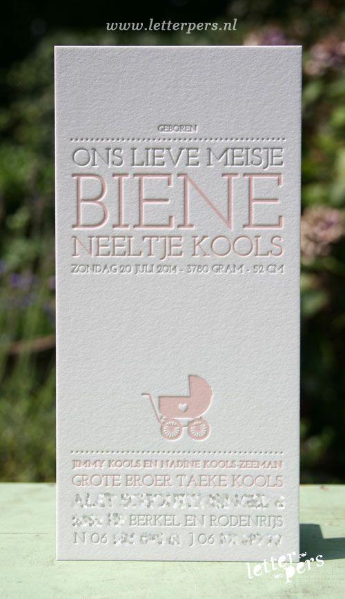 letterpers_letterpress_geboortekaartje_Biene_lang_karton_zacht_roze_taupe_kinderwagen