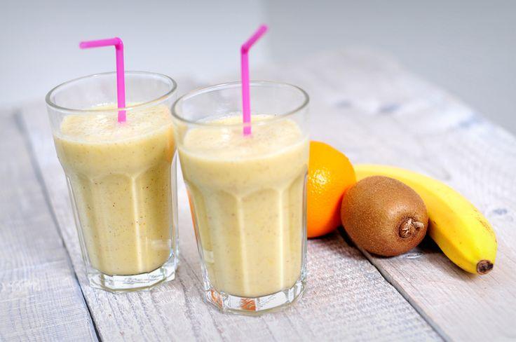 In deze fruitsmoothie met amandelmelk gebruiken we banaan, sinaasappel en kiwi. Amandelmelk is een goede vervanger van melk voor veganisten, maar ook voor mensen met een lactose intolerantie.