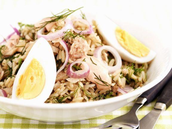 Thunfisch-Reissalat mit roten Zwiebeln und Ei ist ein Rezept mit frischen Zutaten aus der Kategorie Reissalat. Probieren Sie dieses und weitere Rezepte von EAT SMARTER!