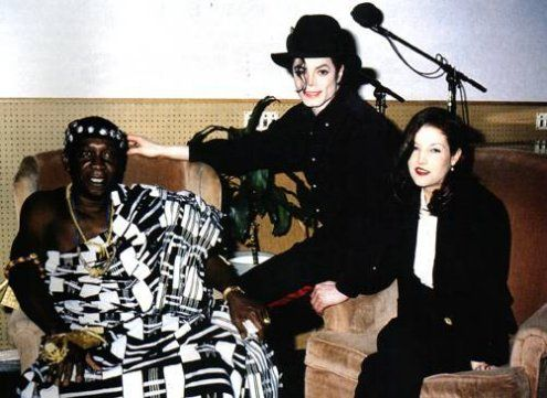 MJ, wife Lisa Marie Prestley and King Nana Amon N'Doufou IV from the Kingdom of Sanwi, Ivory Coast during a meeting in Los Angeles. January 20 1995 | Curiosities and Facts about Michael Jackson ღ by ⊰@carlamartinsmj⊱
