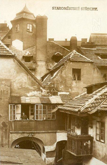 Prague Roofs | Old Town, 1910. Střechy v Staré Praze byly imitace prejzů, tašek, skřidly i šindelů. Zvláště šindelných krovů mívala skutečná Praha v té době, která na výstavě míněna, velmi mnoho. Jsou doklady, že i koleje universitní tehdáž pobíjeny byly šindelem; Nové město tehda většinou mělo krytí šindelná. Komínů sličně uformovaných také několik nastavěno v Staré Praze.