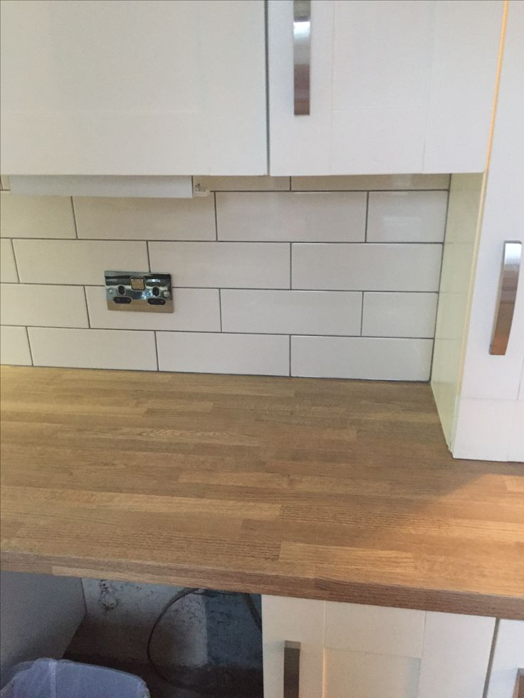 300x100cm cream gloss metro tile with dark grey grout