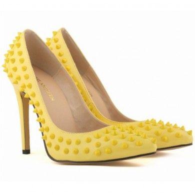 SCARPIN AMARELO COM SPIKES - Scarpin de couro ecológico com spikes. Salto de 11cm. Inspirado nos modelos de Christian Louboutin. Sapatos Importados. Tamanhos 33 ao 40 - Só R$ 299,00!!!