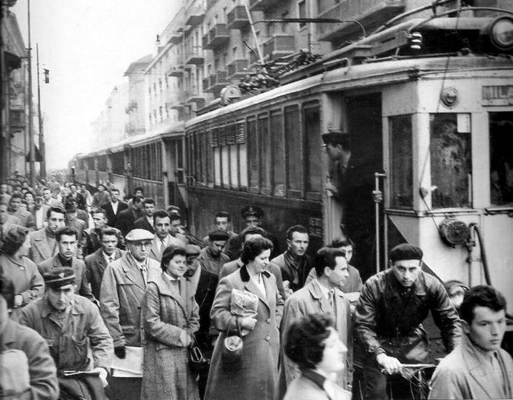 I bambini che giocano a pallone o gareggiano in bicicletta per le strade, la folla in attesa del tram all'inizio di una giornata lavorativa, i venditori ambulanti e i negozianti fuori dalle vecchie botteghe: è la 'Gente di Milano' raccontata dalle immagini d'epoca raccolte sulla pagina Facebo