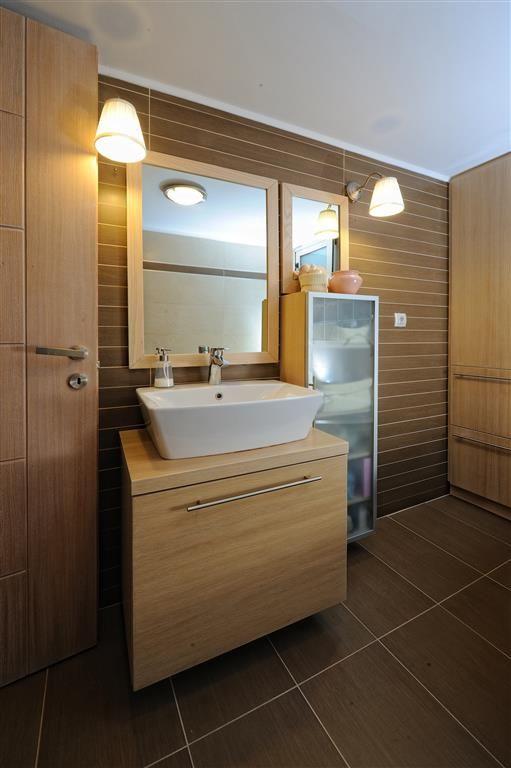 Κρεμαστό έπιπλο μπάνιου με καθρέπτη και βοηθητικό ντουλάπι αποθήκευσης από δρυ και τζάμι αμμοβολής.