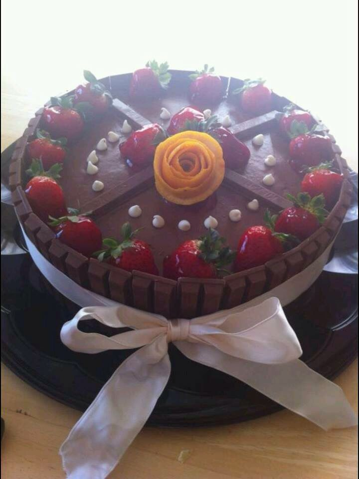 Strawberry KitKat Cakes