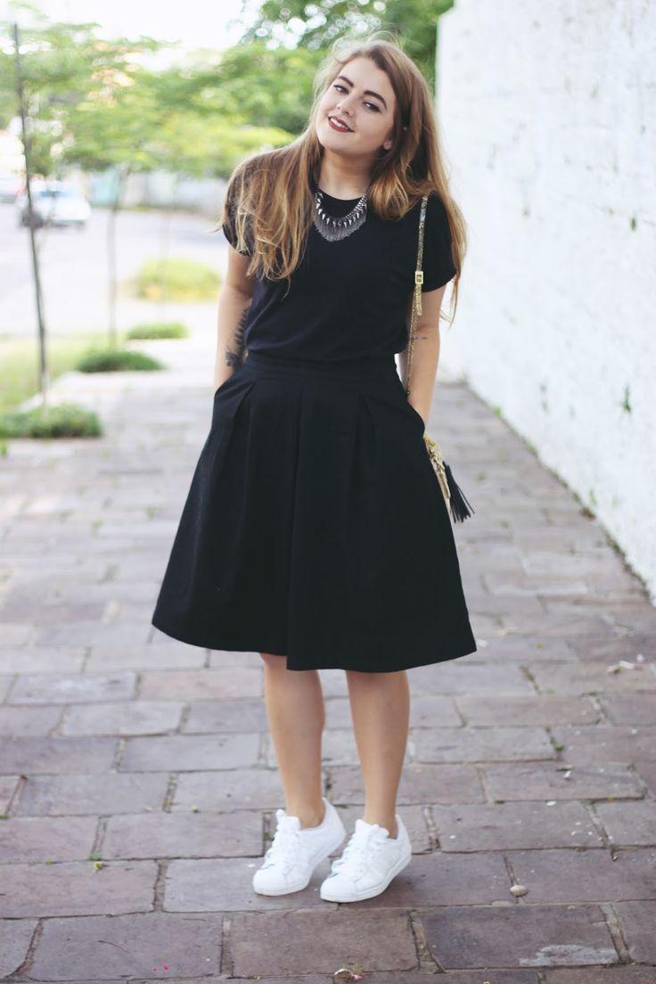 Look All Black: Saia Midi +  Adidas Super Star + Mini Bag Glitter. Look básico e confortável para passeios ao ar livre. O pretinho básico não tem erro combinado com tênis branco e a bolsa de glitter só acrescenta mais estilo à composição!