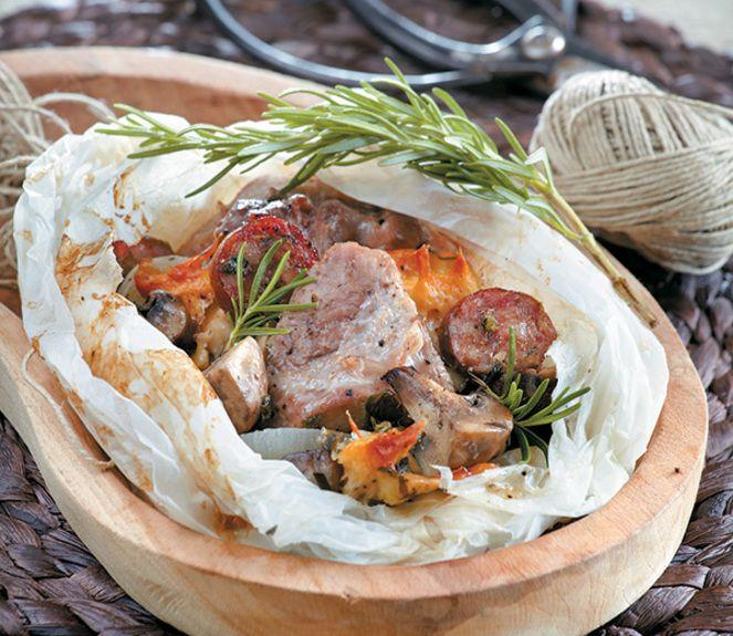 μπουκίτσες χοιρινού με λουκάνικα και εκλεκτά ελληνικά τυριά, σε ένα πακετάκι όλο γεύση.