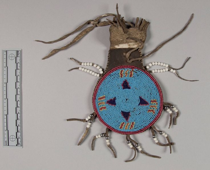 Маленькая круглая бисерная сумочка, Равнины (Апачи?). А. Донор Mrs. J E. Lewis, 1941 год. Форт Силл, Оклахома. NMNH.