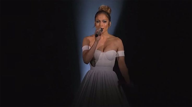 Jennifer López empieza a cantar, pero ATENCIÓN al vestido cuando la cámara se aleja… ¡INCREÍBLE¡