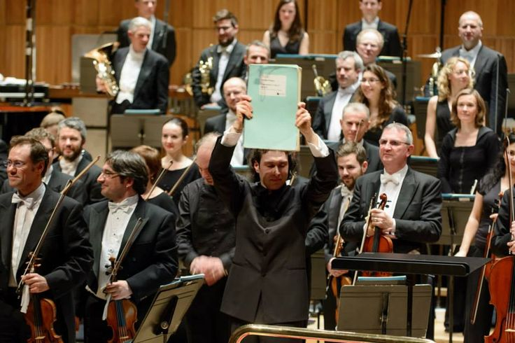 Vladimir Jurowski ridicând partitura Simfoniei Nr. 3 de Enescu, Londra, 2015 - (c) Foto: Cristian Alexa