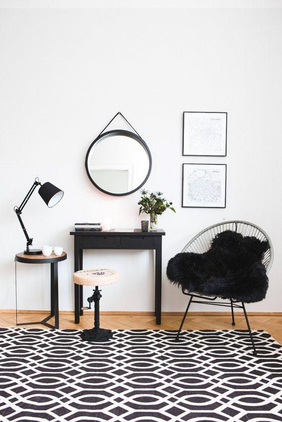 Nordisches Design mit hellem Holz und schlichten Formen ist Trend. Industrial Design mit viel Schwarz und kühlen Materialien auch. Aber kann man beides kombinieren? Diese kleine Wohnecke sagt: Oh ja!