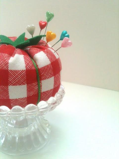 Lori's Tomato Pincushion w/ Heart Pins: Pincushion Time, Tutorials, Crochet Pin, Pin Cushions, Tomato Pincushion, Beeinmybonnetco Blogspot Com, Pincushion Pins, Pincushions Needlebooks, Tomatoes