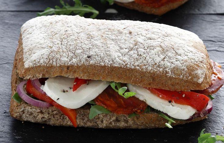 Με λίγα υλικά φτιάχνουμε στα γρήγορα ένα νόστιμο σάντουιτς.